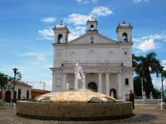 Suchitoto es un municipio de Cuscatlán que pertenece al distrito del mismo nombre, se divide en 27 cantones y 87 caseríos. Suchitoto está limitado al norte por el municipio de El Paraíso (Chalatenango), al sur por San José Guayabal, al este por Chalatenango y al oeste por Guazapa (San Salvador), está ubicado 47 Km. de San Salvador.