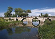 Akdeğirmen köprüsü/Kozan/Adana/// Adana ilinin Karataş ilçesi sınırları içinde, Kesmeburun Köyü yakınlarında yer almaktadır. 1700 yıllık tarihi köprü, Roma döneminden kalmadır.
