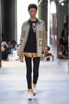 Burberry Spring 2019 Ready-to-Wear Fashion Show Collection: See the complete Burberry Spring 2019 Ready-to-Wear collection. Look 88 Vogue Fashion, Fashion Week, Star Fashion, Runway Fashion, London Fashion, Fashion Spring, Summer Wear, Spring Summer, Hello Spring
