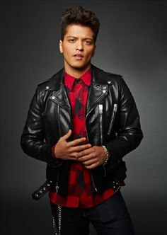 love you when you're wearing a leather jacket :) Bruno Mars Style, Spanish Musicians, Mars Photos, Disco Funk, My Outfit, Beautiful Men, Beautiful People, Sexy Men, Hot Guys