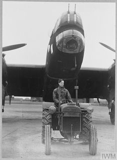 Handley Page Halifax, Battle Of Britain, Ww2 Aircraft, Nose Art, Royal Air Force, Armed Forces, Military Vehicles, Wwii, Aviation