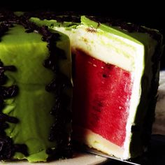 layers of sponge cake, cream and fresh watermelon, this dessert is beyond refreshing.With layers of sponge cake, cream and fresh watermelon, this dessert is beyond refreshing. Baking Recipes, Cake Recipes, Dessert Recipes, Snacks Recipes, I Love Food, Good Food, Yummy Food, Yummy Treats, Delicious Desserts