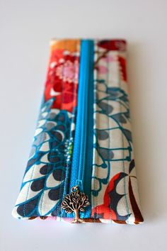 Sweet Verbena: Charmed Pencil Pouch Tutorial and an Etsy Shop! Cute Pencil Pouches, Pencil Bags, Diy Pouches, Pencil Case Pattern, Pouch Pattern, Sewing Tutorials, Sewing Crafts, Sewing Projects, Diy Projects