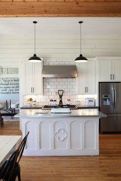 crunchylipstick: Farmhouse by Magnolia Homes (via homeadore.com)