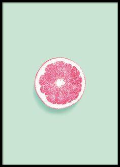 Een mooie poster met fotokunst, roze grapefruit op groene achtergrond. Mooi voor veel interieur stijlen. www.desenio.nl