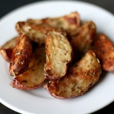 Healthy recipe for potatoes - good for dieting! and that's good because I love potatoes! Rosemary Roasted Potatoes, Roasted Potato Recipes, I Love Food, Good Food, Yummy Food, Healthy Snacks, Healthy Eating, Healthy Recipes, Side Recipes