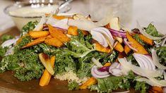 Matig, smakrik sallad på säsongens grönt. Traditionellt serveras caesarsallad med krutonger, men här kör vi krispiga nuggets till. Veggie Nuggets, Seaweed Salad, Cobb Salad, Broccoli, Recipies, Veggies, Vegetarian, Ethnic Recipes, Food