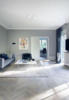 Tv-stue i blå og grå nuancer med designelementer overalt Scandinavian Interior Design, Scandinavian Home, Living Room Sofa, Living Room Interior, Interior Styling, Interior Decorating, Elegant Sofa, Living Room Inspiration, Home And Living