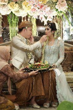Pernikahan Adat Jawa Tantia dan Elno di Jakarta Foto Wedding, Wedding Blog, Diy Wedding, Rustic Wedding, Dream Wedding, Javanese Wedding, Indonesian Wedding, Wedding Photography Poses, Wedding Poses