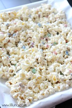 Our favorite movie snack - White Chocolate M&M Popcorn! Melted vanilla bark poured over popcorn with m&m's mixed in! Popcorn Snacks, Flavored Popcorn, Popcorn Recipes, Snack Recipes, Cooking Recipes, Candy Recipes, Dessert Recipes, Party Snacks, Sweets