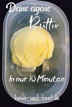 butter selbst herstellen. Butter selber machen ist sehr einfach. Es ist kinderleicht. Alles, was du brauchst, ist Sahne und einen Pürierstab. Mit einem Thermomix geht es genauso schnell. Wenn du ein bisschen mehr Zeit und Geduld hast, kannst du Butter selber machen aus Vollmilch. #butter #frühstück #selbermachen #rezept
