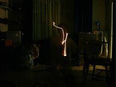 Zelfportret lichten experimenteren donkere kamer in huis