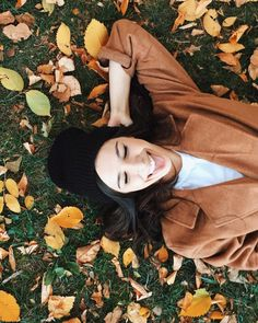 Chilling over autumn leaves! #seasons #fall #outono #autumn #fallseason #leaves #coloursofautumn @fridabecker