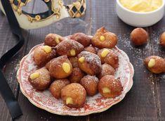 Tra i dolci di carnevale non possono mancare le Frittelle alla crema o Frittelle veneziane alla crema. Morbide frittelle ripiene di tanta crema pasticcera.