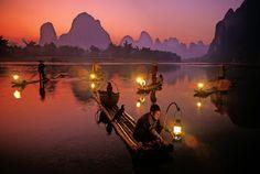 """La tradizionale pesca col cormorano sul Lijiang   Guilin, la bellezza rurale della #Cina http://www.viaggidellelefante.it/tours/88_cina-a-la-carte-pechino-xian-guilin-shanghai Guilin è famosa per la sua posizione panoramica in mezzo ad un'infinità di colline che creano un paesaggio suggestivo, da molti assimilato a quello della Baia di Halong, in Vietnam. Non lontano dal centro si arriva alla """"Grotta del Flauto di Giunco"""", un labirinto di gallerie all'interno del colle Guangming. Il fiume…"""