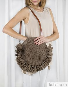 Round crochet bag with fringing. Bolso con flecos redondo hecho a crochet. Runde… Round crochet bag with fringing. Bolso con flecos redondo hecho a crochet. Sac rond à franges, à crocheter. Summer Bags, Spring Summer, Women's Bags, Purses And Bags, Boho Bags, Jute Bags, 2020 Fashion Trends, Popular Crochet, Knitted Bags