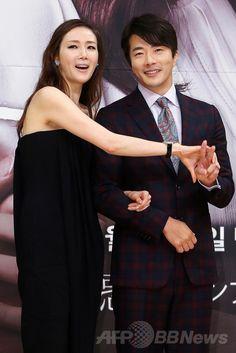 韓国・ソウル(Seoul)の木洞(Mokdong)にあるソウル放送(SBS)で行われた、ドラマ「誘惑(英題、Temptation)」の制作発表会に臨む、俳優のクォン・サンウ(Kwon Sang-Woo、右)と女優のチェ・ジウ(Choi Ji-Woo、2014年7月10日撮影)。(c)STARNEWS ▼18Jul2014AFP|チェ・ジウとクォン・サンウ、ドラマ「誘惑」 の制作発表会に出席 http://www.afpbb.com/articles/-/3020434 #Kwon_Sang_Woo #Choi_Ji_Woo