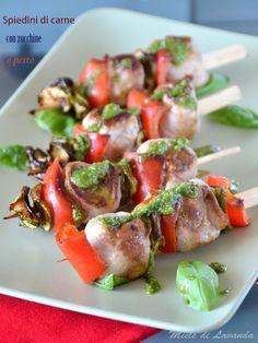 Spiedini di carne con zucchine e pesto