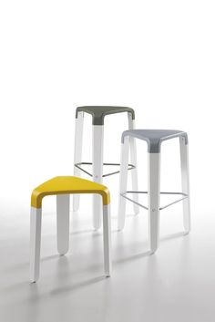 Its name is ironic and fun, with its essential and decisive lines, and ergonomic and comfortable shape. It is called Picapau and is a funny three-legged stool designed by the Radice & Orlandini duo for Infiniti. An original solution, which brings together creativity, imagination and young style, with a cosmopolitan and unconventional spirit. Versatile, practical and informal, Picapau is a spontaneous stool, which puts everyone in a good mood!
