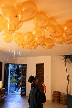 Details : Gold balloons on the roof of the dinner room (by Aquadeco) - Emily & Rishi's destination wedding in Tulum