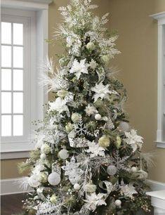 décoration sapin de Noël élégante en blanc et de couleur argent
