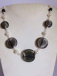 #collana in #vetro #nero con #perle #sintetiche su filo metallico. Su www.oro18.eu #oro18 #bijoux #bisuteria  Info@oro18.eu Euro 21,90