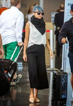 Nicole Richie Wants To Make Love Avatar Style with Husband Joel Madden!: Photo Nicole Richie is stylish in a black scarf while arriving on a flight at JFK Airport on Sunday (July in NEW York City. Nicole Richie, Fall Fashion Trends, Autumn Fashion, Fashion Tips, Fashion Bloggers, Women's Fashion, Fashion Spring, Hijab Fashion, Petite Fashion