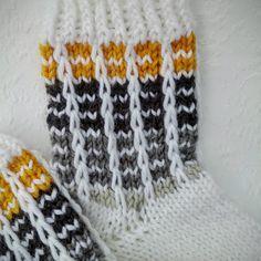 Sukkaa pukkaa epätasaisen tasaisesti. Pienen tytön (suur)perheen äiti, joka kirjoittelee arjen pienistä asioista. Wool Socks, Knitting Socks, Baby Socks, Baby Knitting Patterns, Diy Crochet, Mittens, Sewing, Handmade, Stockings