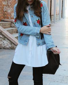 chaqueta vaquera bordada, camisa blanca, jeans. #outfit