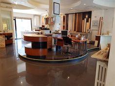 Vendesi locale commerciale, pari al nuovo di mq 120 ca di interni, con triplice vetrina e tre ingres