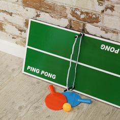 Mesa de Ping Pong de sobremesa, de tamaño reducido para dos personas.  Ahora no tendrás excusa para aburrirte en casa con este juego de pong pong de sobremesa con el que podrás jugar siempre que quieras sin ocupar grandes espacios de tu hogar, lo podrás guardar en cualquier lugar!  El Ping Pong es un deporte de raqueta, que se disputa entre dos jugadores o dos parejas (dobles). Es un juego similar al tenis, pero puedes poner tus propias reglas.