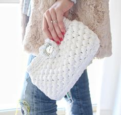 Small Bag Pattern with a loop closure. Perfect as a bride gift or bridesmaid bags. Pretty easy to make, in the round using t-shirt yarn. Cotton Crochet Patterns, Clutch Tutorial, Bridesmaid Bags, Bridal Clutch, T Shirt Yarn, Spikes, Girl Gifts, Crochet Projects, Clutches