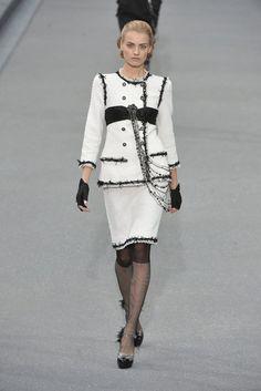 Chanel at Paris Fashion Week Spring 2009 - Runway Photos Fashion Week Paris, Runway Fashion, Fashion Show, Fashion Design, Fashion 2015, Style Fashion, Chanel Outfit, Chanel Jacket, Chanel Fashion