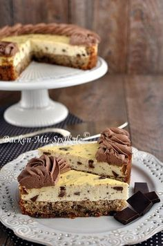 Cheesecake with a nut and chocolate base- Käsekuchen mit Nuss- Schokoboden Delicious cheesecake with chocolate chips and a thick nut and chocolate base. I decorated the edge of the cheesecake with ganache. The cheesecake is … - Paleo Dessert, Dessert Recipes, Baking Recipes, Cookie Recipes, Chip Cookie Recipe, Cupcake Recipes, Bread Recipes, Cake Cookies, Cupcakes
