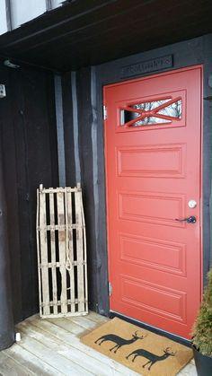 Klassisk rød ytterdør Schubert fra Swedoor Lockers, Locker Storage, Garage Doors, Classic, Outdoor Decor, Furniture, Home Decor, Modern, Derby
