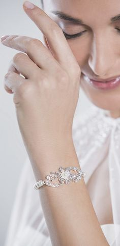 A perfect combination of pearls and rhinestone motive, the elasticasted band makes for a comfortable fit! (66702)