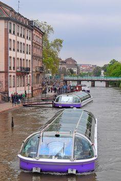 Ideal Batorama Strasbourg Ausflugsboote auf der Ill in Stra burg Anlegestelle nahe dem Palace Rohan