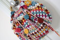 Cherry Heart: Eclectic Grannie. This is so boho! From the free pattern 29-210-44 Striped Bag by Pierrot (Gosyo Co., Ltd) here: http://www.ravelry.com/patterns/library/29-210-44-striped-bag crochet bags, granni bag, cherri heart, crocheted bags, crochet purses, bag tutorials, bag patterns