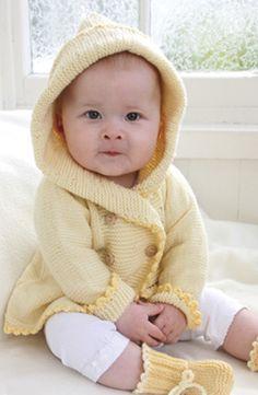 Gør det mindste familiemedlem forårsklar! Strik den sødeste babyjakke med hætte og matchende tøfler - opskriften er fra Drops.