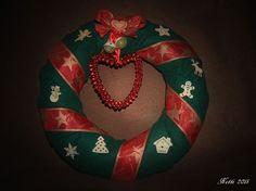 mein erster Türkranz damals für die Weihnachtszeit, aus grünem Filz mit Schellenherz und ein bißchen Deko