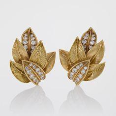 New Jewerly Diamond Earrings Van Cleef Arpels Ideas Jewelry Design Earrings, Gold Earrings Designs, Leaf Jewelry, Gold Jewellery Design, Gold Jewelry, Jewelery, Leaf Earrings, Diamond Earrings, Diamond Jewellery