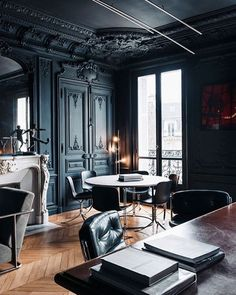 If you were ever wondering if it was a good idea to paint a room black, this should persuade you #gorgeous #interiordesign #interiorstyling #interiorstyle #inspiration #creative #decor