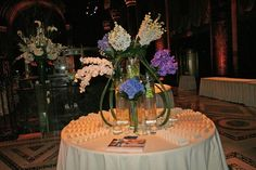 4 Step Guide to Jewish Wedding Flowers, Escort Table by Artison Flowers - mazelmoments.com