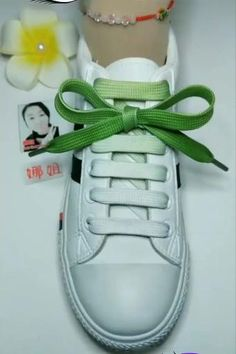 Ways To Lace Shoes, How To Tie Shoes, How To Lace Vans, Lace Adidas Shoes, Nike Shoes, Bra Hacks, Creative Shoes, Tie Shoelaces, Diy Clothes Videos