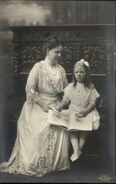 Koningin Wilhelmina met haar enige kind, prinses Juliana van Nederland, op een bankje c1910