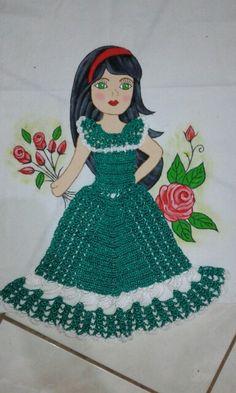 Pano de prato de boneca com vestido de crochê