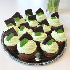 After eight kage med den lækreste creme ,- Lykke-Lykke Brownie Cupcakes, Mini Cupcakes, Cake Cookies, Cake Decorating Tips, Sugar And Spice, Cakes And More, Chocolate Cake, Tapas, Sweet Tooth