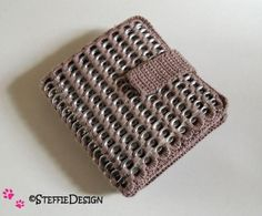 Crochet hook pouch pattern with pop tabs PDF DUTCH *not English* Soda Tab Crafts, Can Tab Crafts, Pop Tab Purse, Beading Patterns, Crochet Patterns, Pop Can Tabs, Aluminum Crafts, Pouch Pattern, Crochet Dollies