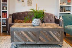 Articles similaires à Grange et Chevron récupéré palette bois Table basse avec rangement sur roulettes rustique moderne sur Etsy