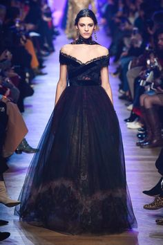 Elie Saab Fall 2018 Ready-to-Wear collection, runway looks, beauty, models, and reviews.